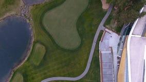 顶视图绿色高尔夫球场室外绿草领域 从飞行寄生虫的鸟瞰图 免版税库存照片