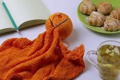顶视图编织从橙色毛线、石灰茶和可口新月形面包 放松的家庭环境 更加蓝色的作用 免版税图库摄影