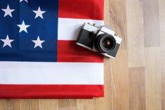 顶视图美国国旗和减速火箭的照片照相机 免版税图库摄影