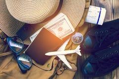 顶视图背包和辅助部件旅途的 免版税库存图片