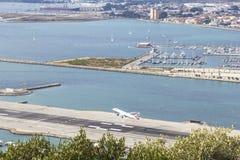 顶视图背景风景起飞在俯视城市Linea的直布罗陀的机场 库存照片