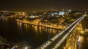 顶视图著名Dom我夜间的跨接和杜罗河河在波尔图的雷斯,葡萄牙 库存图片