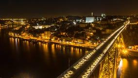 顶视图著名Dom我夜间的跨接和杜罗河河在波尔图的雷斯,葡萄牙 图库摄影