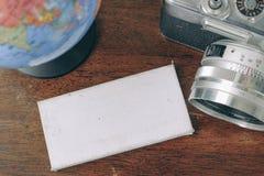 顶视图葡萄酒照相机、标志和地球在木桌上 免版税库存图片