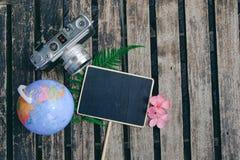 顶视图葡萄酒照相机、标志和地球在木桌上 库存照片