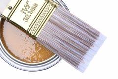 顶视图褐色油漆能与刷子 免版税图库摄影