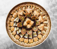 顶视图许多传统阿拉伯甜酥皮点心果仁蜜酥饼 库存照片
