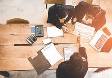顶视图谈论的商务伙伴财政报告合同和图表  免版税库存照片