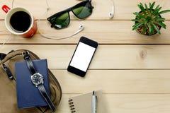 顶视图辅助部件移动与移动电话,太阳镜,袋子, wat 库存照片
