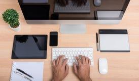 顶视图运转在计算机个人计算机的办公室手 图库摄影