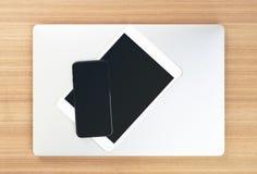顶视图通信装置在桌上的电子设备 图库摄影