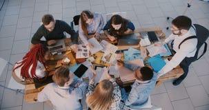 顶视图配合和合作,一起不同种族的商人小组作业,公上司讲话与办公室队 影视素材