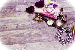 顶视图集合 平的与唇膏, b的位置女性化妆用品拼贴画 库存照片