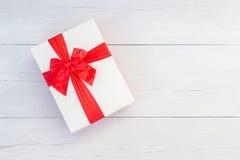 顶视图颜色有丝带的礼物盒在白色木板条 免版税库存图片