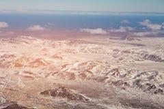 顶视图鸟瞰图与雪盖冰岛的黑色山 免版税图库摄影