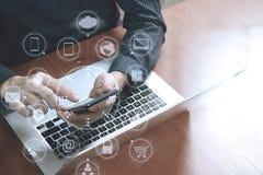 顶视图,使用巧妙的电话,膝上型计算机,网上银行的商人手 免版税库存照片