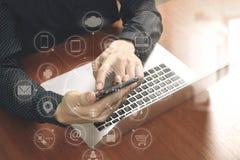 顶视图,使用巧妙的电话,膝上型计算机,网上银行的商人手 图库摄影