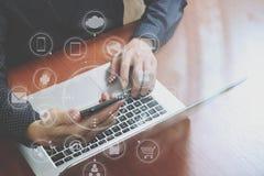 顶视图,使用巧妙的电话,膝上型计算机,网上银行的商人手 库存图片