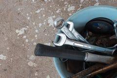 顶视图,在一个蓝色桶的工匠工具在具体背景 免版税图库摄影