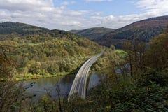 顶视图,在一座桥梁的汽车在河 免版税库存照片