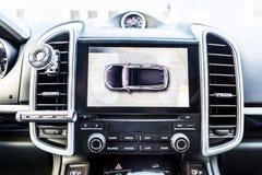 顶视图,在内部的显示豪华车展工作在周围视图协助系统的四台照相机 360度图象 库存图片