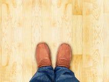 顶视图,在木木条地板沙子石头,事假空间的脚立场为 免版税库存照片
