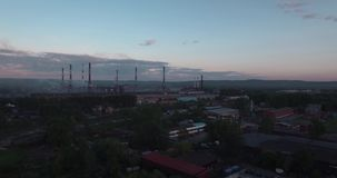 顶视图,天线:高速公路和工厂设备 从工厂设备的大气污染 投掷在天空的管子烟在 股票视频