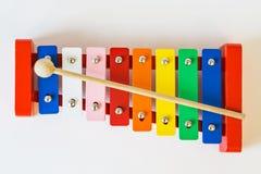 顶视图,戏弄五颜六色的木琴,在白色桌上 图库摄影