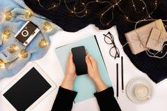 顶视图,片剂计算机特写镜头有黑屏的在妇女的手上在被编织的毛线衣穿戴了 附近杯子  免版税库存图片