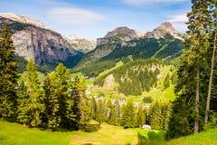 顶视图,白云岩山的绿色山谷,您能看到树和村庄,在迁徙期间在森林里 免版税图库摄影