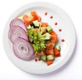 在白色板材供食的菜沙拉 库存图片