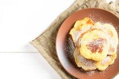 顶视图:与糖粉末的小薄煎饼 免版税库存照片