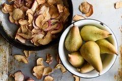 顶视图:干苹果和梨在碗 土气葡萄酒样式 免版税库存图片