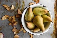 顶视图:干苹果和梨在碗 土气葡萄酒样式 图库摄影