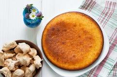 顶视图:棕色蛋白甜饼和精神食粮粗面粉饼在白色木桌上 库存照片