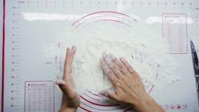 顶视图:烹调可口乳酪蛋糕、形式从面团,酸奶干酪和面粉的女性手 影视素材