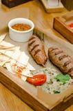 顶视图 与芯片、蘑菇纯汁浓汤,菜、葱、大蒜和绿色,胡椒,西红柿酱的烤牛肉香肠 免版税库存照片