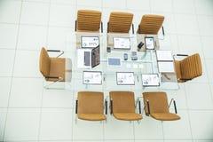 顶视图-业务会议的一个地方在现代会议室 在桌面上,室 在桌面上, 库存图片