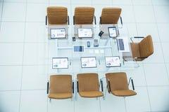 顶视图-业务会议的一个地方在现代会议室 在桌面上, 库存照片