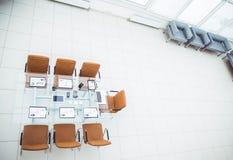 顶视图-业务会议的一个地方在现代会议室 在桌面上, 库存图片
