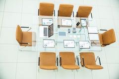 顶视图-业务会议的一个地方在现代会议室 在桌面上, 免版税库存图片