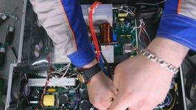 顶视图 人聚集的计算机,与螺丝刀的系统单元的手 股票视频