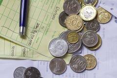 顶视图/付款与印度尼西亚卢比和新加坡元硬币的收据演算平的位置、计算器和发货票 免版税库存图片