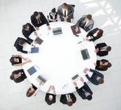 顶视图 会议圆桌的商务伙伴 免版税库存照片