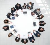 顶视图 会议圆桌的商务伙伴 免版税图库摄影