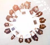 顶视图 会议圆桌的商务伙伴 免版税库存图片