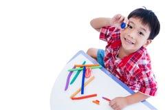 顶视图 儿童展示他的从黏土的工作,隔绝在白色 Str 免版税图库摄影