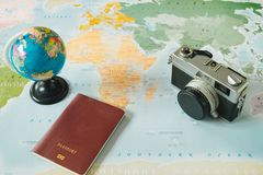 顶视图 减速火箭的照相机、世界和护照被安置在worl顶部 库存照片