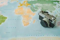 顶视图 减速火箭的照相机被安置在世界地图顶部是背景 图库摄影