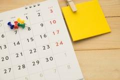 顶视图 别住投入在桌面日历并且有便条纸 免版税库存照片